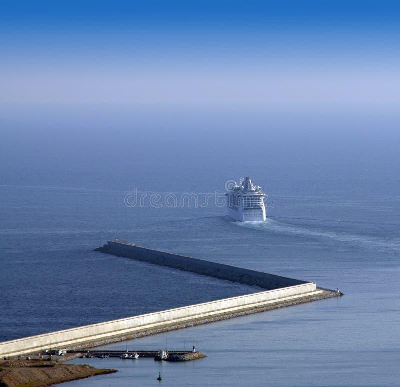 Buque de pasajeros que sale del puerto fotografía de archivo libre de regalías