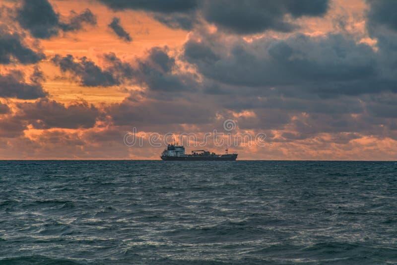 Buque de petróleo de la costa en la salida del sol fotografía de archivo