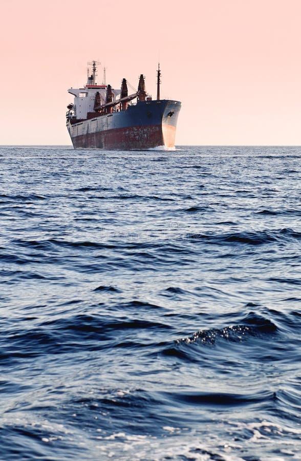 Buque de petróleo en el mar fotos de archivo