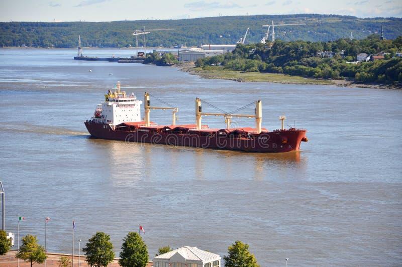 Buque de petróleo en St Lawrence River en la ciudad de Quebec, Canadá fotos de archivo libres de regalías