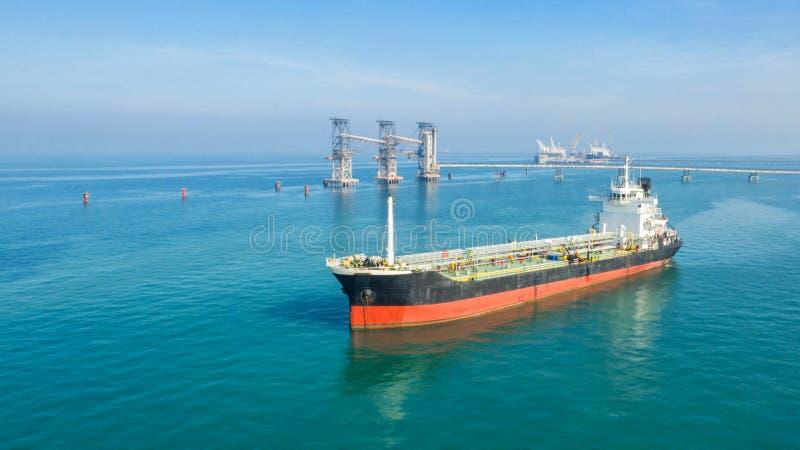 Buque de petróleo, petrolero del gas en el alto mar Buque de carga de la industria de la refinería, visión aérea, Tailandia, en i foto de archivo