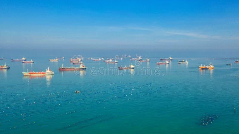Buque de petróleo, petrolero del gas en el alto mar Buque de carga de la industria de la refinería, visión aérea, Tailandia, en i imagen de archivo libre de regalías