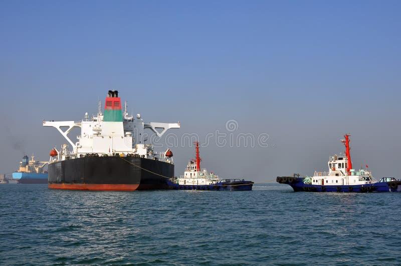 Buque de petróleo y dos remolcadores imagen de archivo libre de regalías