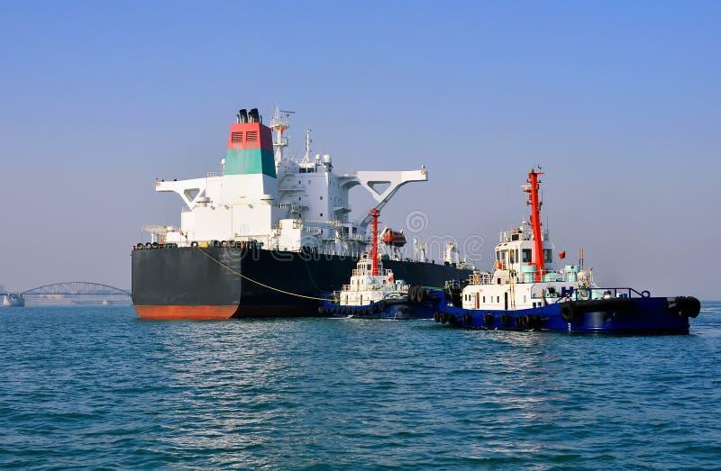 Buque de petróleo y dos remolcadores foto de archivo libre de regalías