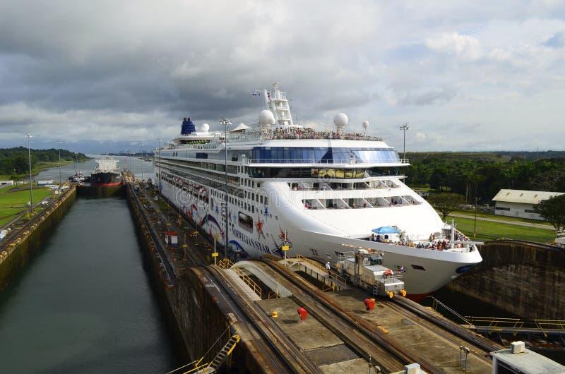 Buque del barco de cruceros y de petróleo que transita el Canal de Panamá foto de archivo libre de regalías