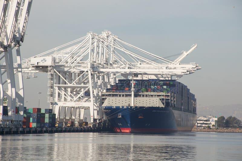 Buque del contenedor para mercancías de la CGM Benjamin Franklin de CMA en el puerto de LA imagen de archivo libre de regalías