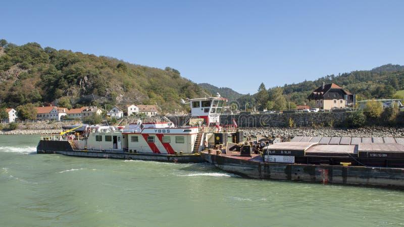 Buque del envío interior, el YBBS en el río Danubio que empuja una gabarra cargada, valle de Wachau, una Austria más baja imagen de archivo libre de regalías