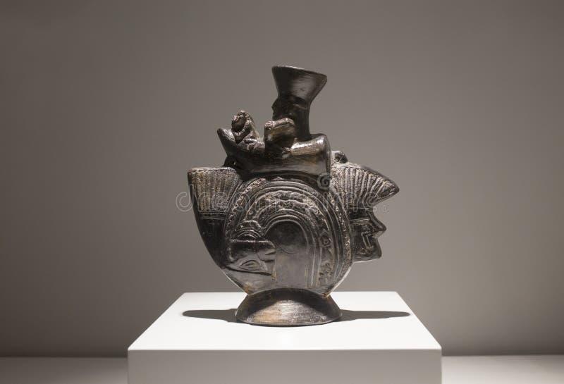 Buque escultural de la cultura de Lambayeque, Perú antiguo foto de archivo