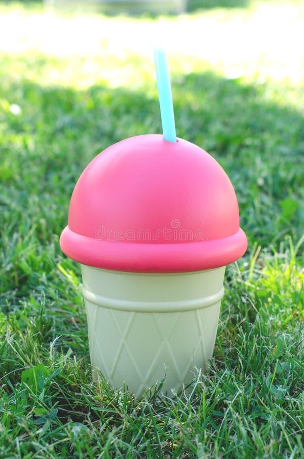 Buque grande para las bebidas bajo la forma de helado imagen de archivo