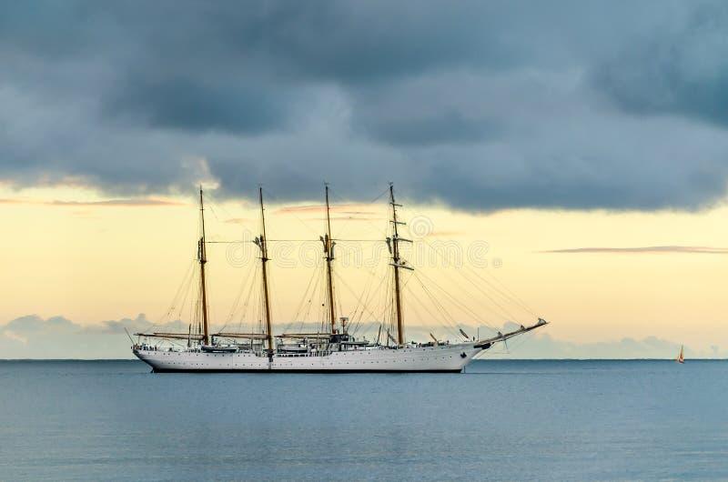 Buque insignia blanco en el mar tranquilo fotografía de archivo libre de regalías
