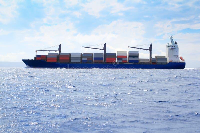 Buque mercante del cargo del mar que navega el océano azul foto de archivo libre de regalías