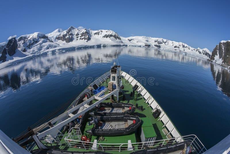 Buque oceanográfico polar - bahía del paraíso - la Antártida imágenes de archivo libres de regalías