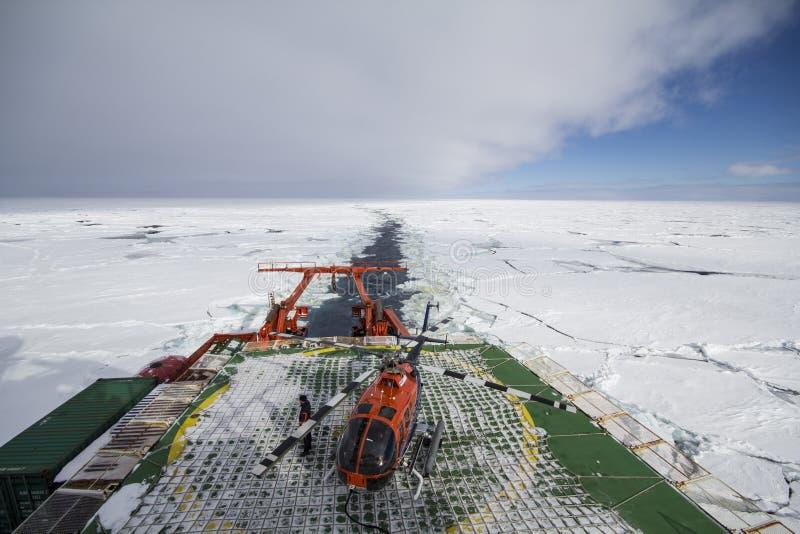 Buque oceanográfico que cruza en hielo y helipuerto imagen de archivo libre de regalías