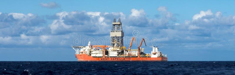 Buque para perforaciones del oeste de Capella para la perforación profunda costera en Océano Atlántico Tenerife próximo, islas Ca imagen de archivo libre de regalías