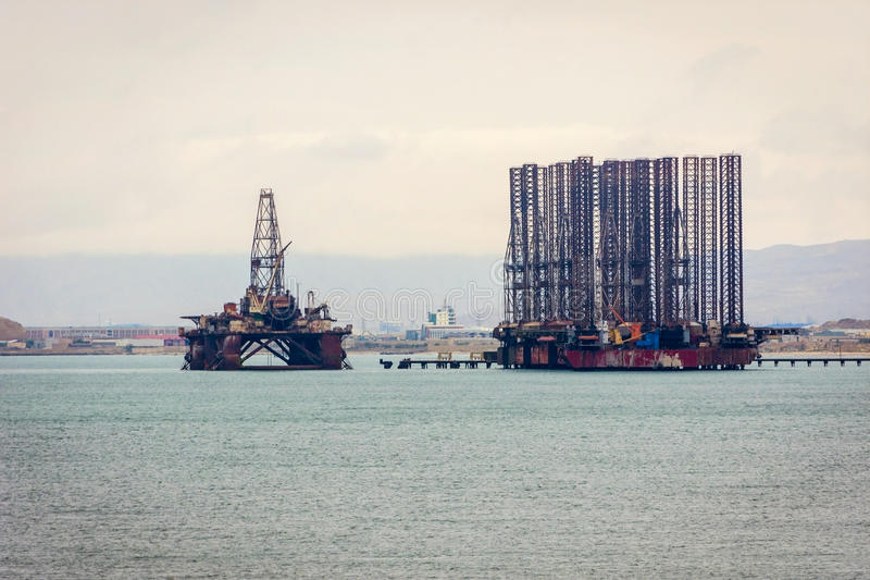 Buque y plataforma de petróleo en el mar Caspio foto de archivo libre de regalías