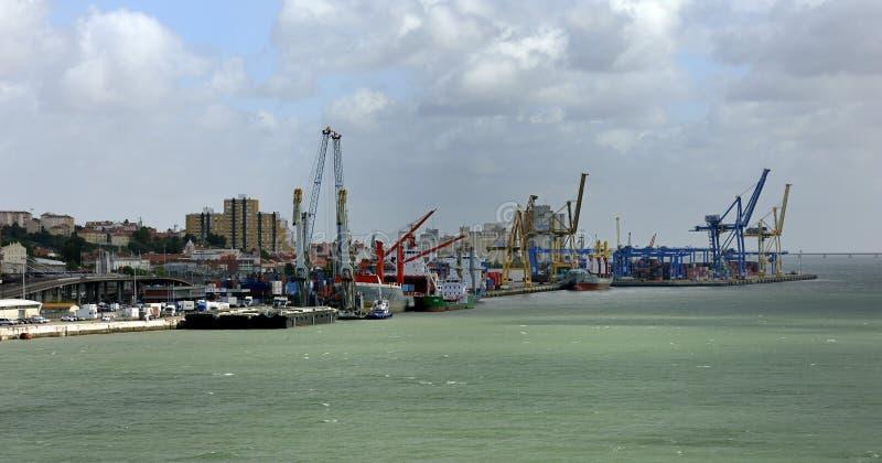 Buques de carga al costado en el puerto de Lisboa fotografía de archivo libre de regalías