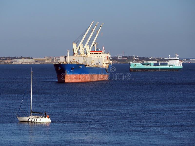 Buques de carga en Anchorage portuaria fotos de archivo libres de regalías