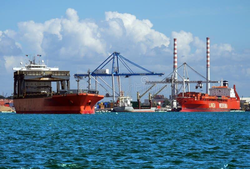 Buques de carga en las instalaciones portuarias foto de archivo libre de regalías