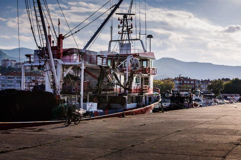 Buques en la bahía de los pescadores de Yalova Turquía fotos de archivo