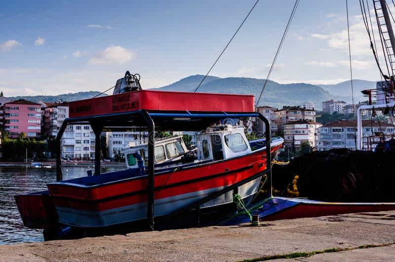 Buques en la bahía de los pescadores de Yalova Turquía imagenes de archivo