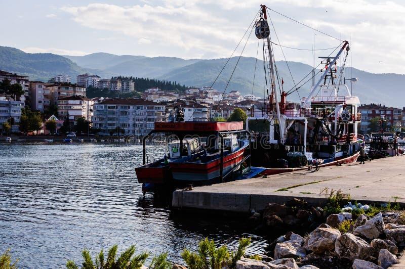Buques en la bahía de los pescadores de Yalova Turquía imagen de archivo libre de regalías