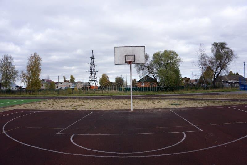 Bur för basketbeslag, isolerad stor målbrädacloseup, ny utomhus- domstoluppsättning, gräsplan, rött som är orange, brunnsort för  fotografering för bildbyråer