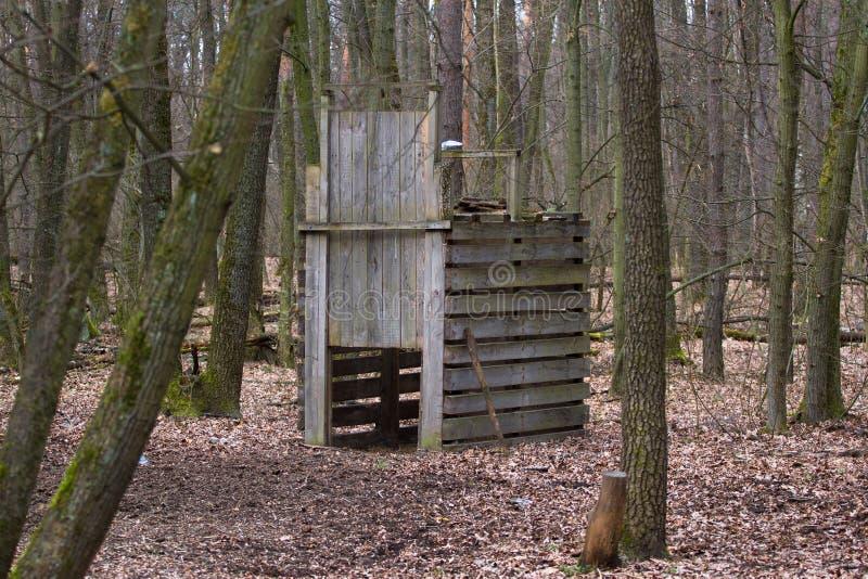 Bur för tjuvskytt` s för att fånga vildsvinbilaga i skogen oftare Slut, när det lösa djuret passerar inom royaltyfria bilder