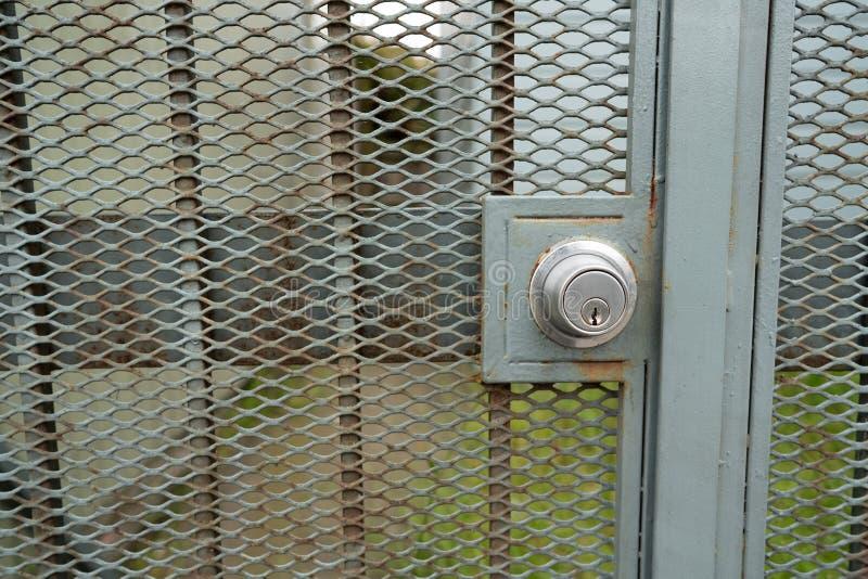 Buraco da fechadura para o fechamento na porta verde exterior que conduz à construção imagens de stock royalty free