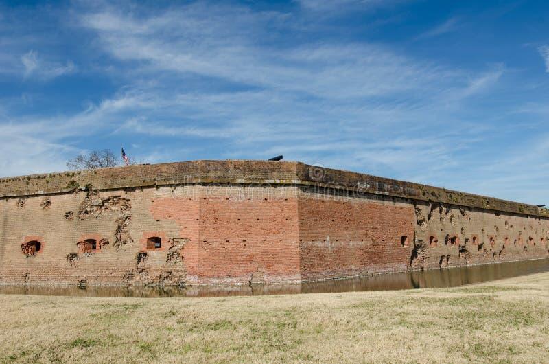 Buracos de bala/furos do canhão nas paredes de tijolo do monumento nacional de Pulaski do forte em Geórgia da guerra civil imagens de stock