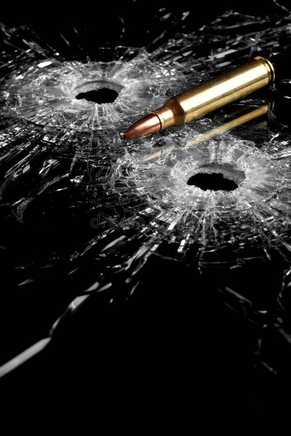 Buracos de bala no vidro imagens de stock