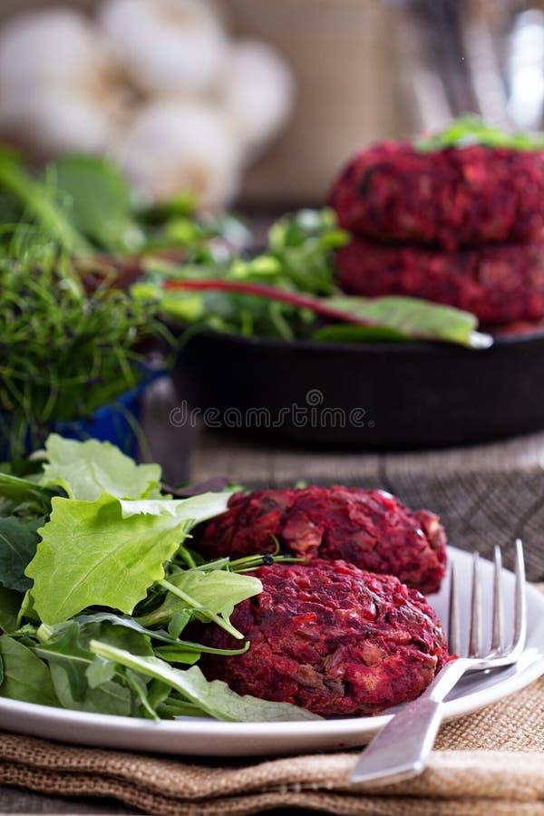 Burak korzeniowej i czerwonej fasoli weganinu hamburgery zdjęcie royalty free