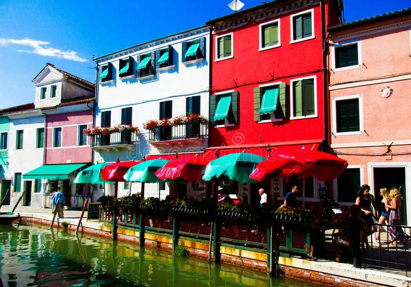 BURANO威尼斯,意大利- 9月19 2018 - 在著名花梢门面的看法绘了五颜六色的房子 免版税库存照片