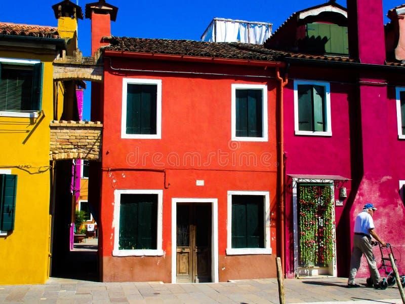 BURANO威尼斯,意大利- 9月19 2018 - 在著名花梢门面的看法绘了五颜六色的房子 库存图片