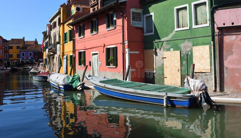 Burano海岛五颜六色的游艇和运河在Venetain盐水湖 免版税图库摄影