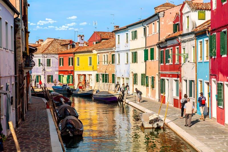 Burano海岛,威尼斯,意大利- 2017年9月:五颜六色的房子在威尼斯,有小船、运河和游人的意大利附近的Burano 免版税库存图片