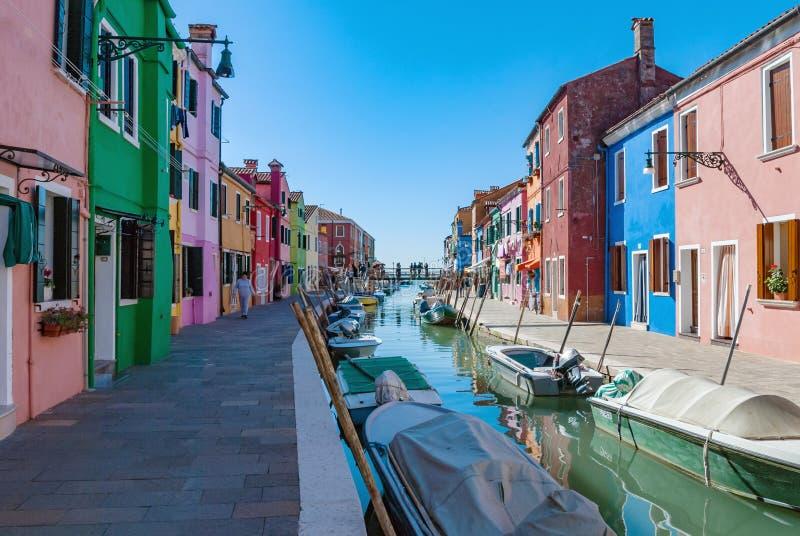 Burano海岛水运河、五颜六色的房子和小船,威尼斯,意大利 免版税库存图片