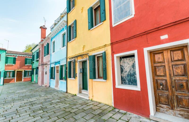 Burano,威尼斯五颜六色的大厦  免版税库存照片