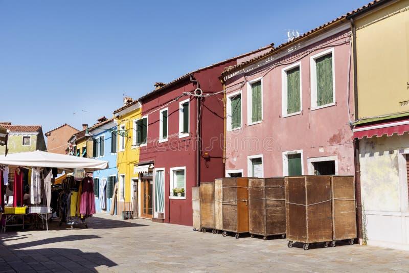 Burano ö, typiska färgrika hus - Italien royaltyfria foton