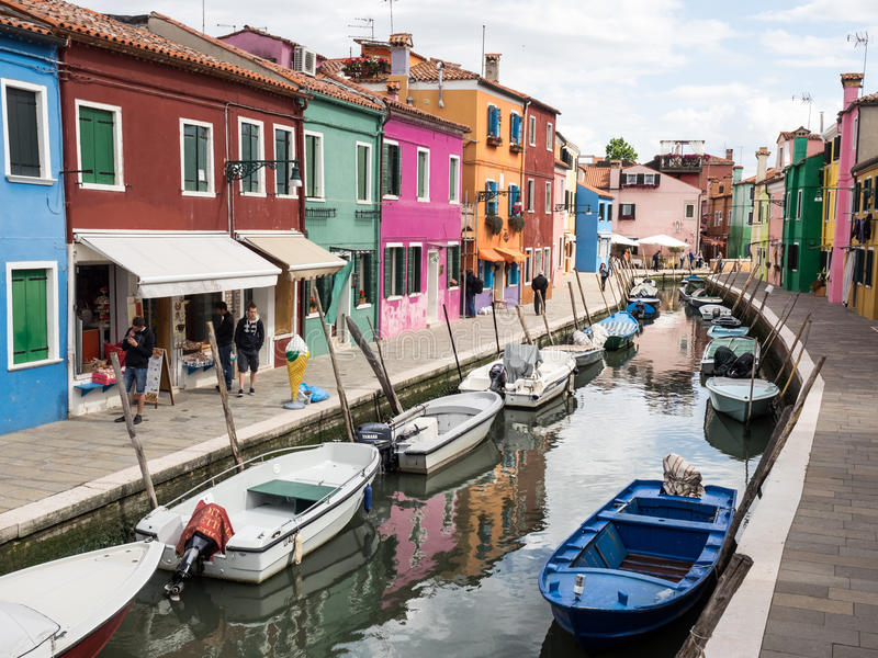 Burano, Ιταλία - 21 Μαΐου 2015: Χρωματισμένα κτήρια και κανάλια στοκ φωτογραφία