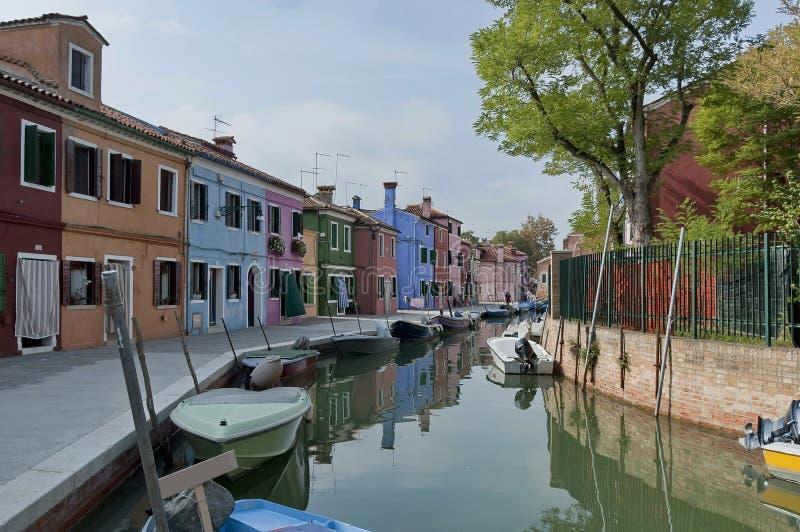 Burano水街道-有小船的运河 免版税库存图片