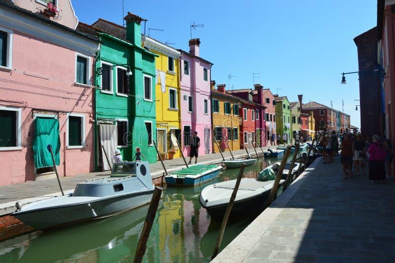 BURANO, ITALIË - AUGUSTUS 9, 2016: Typische helder gekleurde huizen in Burano, Venetië, Italië royalty-vrije stock foto