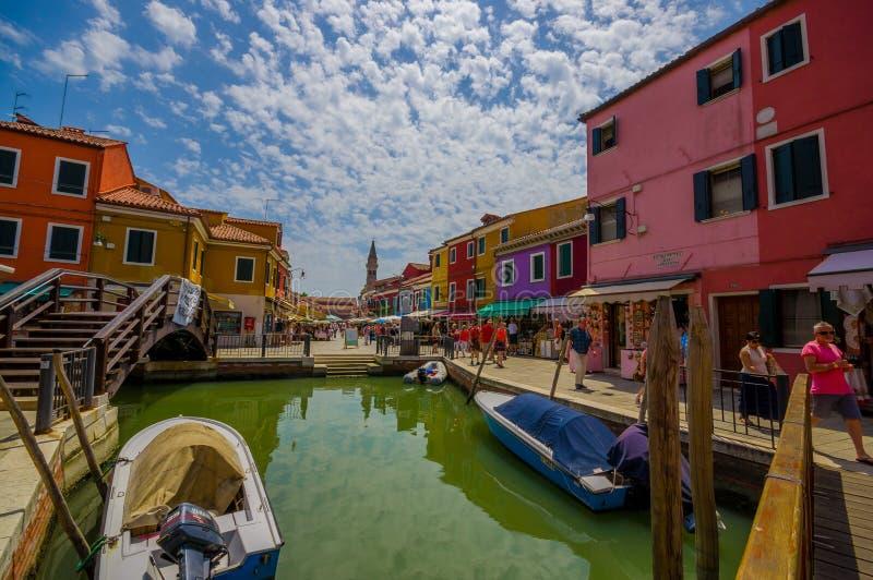 BURANO, ITALIË - JUNI 14, 2015: De mening van Nice van de brug in Burano, waterkanaal met colorfullhuizen aan de kanten stock fotografie
