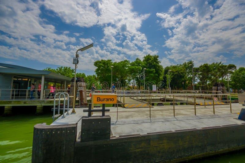 BURANO, ITALIË - JUNI 14, 2015: Het vervoer van het Buranowater, haven in het midden van groen water, turists het lopen stock foto's