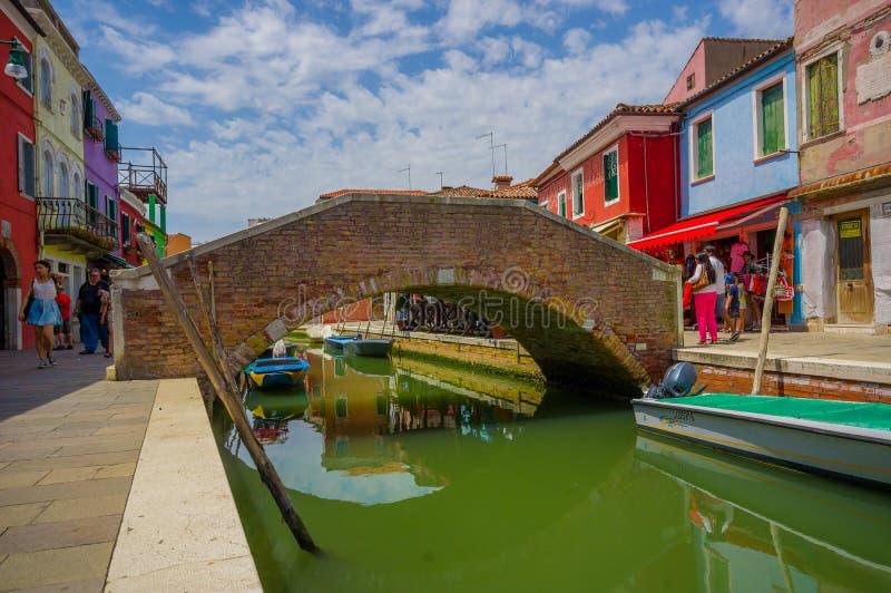 BURANO, ITALIË - JUNI 14, 2015: Mooie aardige brug in het midden van waterkanalen in Burano, kleurenhuizen aan de kanten royalty-vrije stock foto's