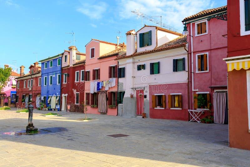 BURANO, ITALIË - 2 September, 2016 Kleurrijke huizen in Burano-eiland dichtbij Venetië, Italië Tipicalmening royalty-vrije stock fotografie