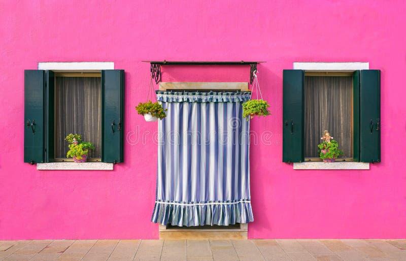 BURANO, ITALIË - 2 Septenber, 2016 Roze kleur van muren in Burano-eiland dichtbij Venetië, Italië royalty-vrije stock foto