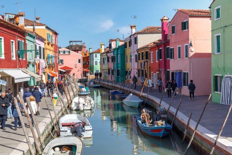 "BURANO, ITALIEN-†""AM 16. FEBRUAR 2019: Sonniger Tag auf Burano-Insel in Italien, colorred Haus stockfotos"