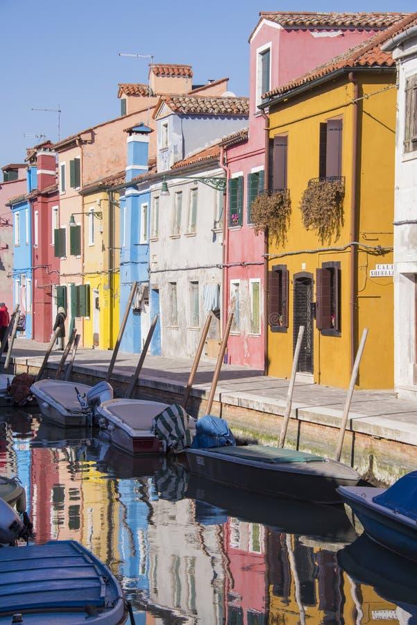 Burano, l'Italie, maisons des pêcheurs brillamment colorés et réflexions dans le canal image stock