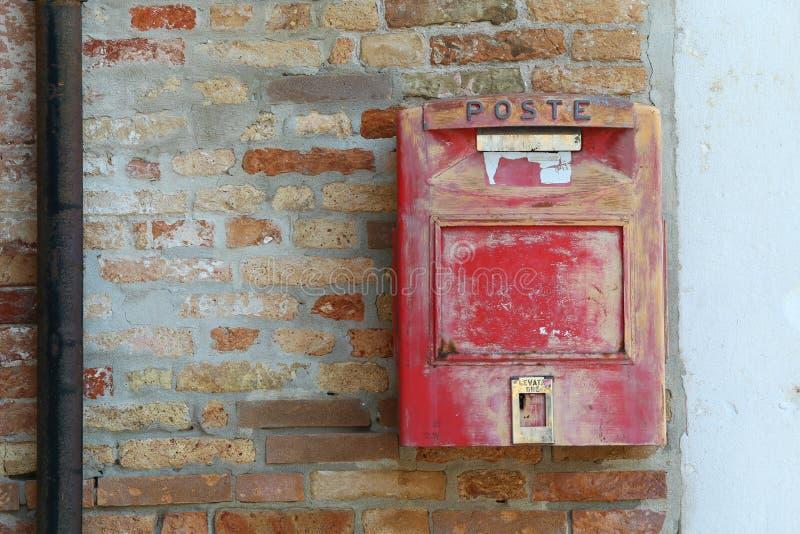 Burano, VE, Италия - 14-ое июля 2015: почтовый ящик с СТОЛБОМ i текста стоковые изображения rf