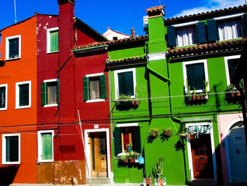 BURANO VENEDIG, ITALIEN - SEPTEMBER 19 2018 - Sikten på fasad av det berömda infallet målade färgrika hus arkivbilder